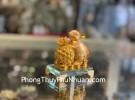 Chuột vàng ôm trái thơm trên đế thuỷ tinh TM031