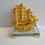 C192A thuyen rong vang nho 4 150x150 Thuyền buồm vàng nhỏ đế thủy tinh C192A