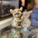 D298 heo om dong tien 150x150 Vua heo đồng tài lộc ôm tiền vàng chiêu tài tấn bảo D298